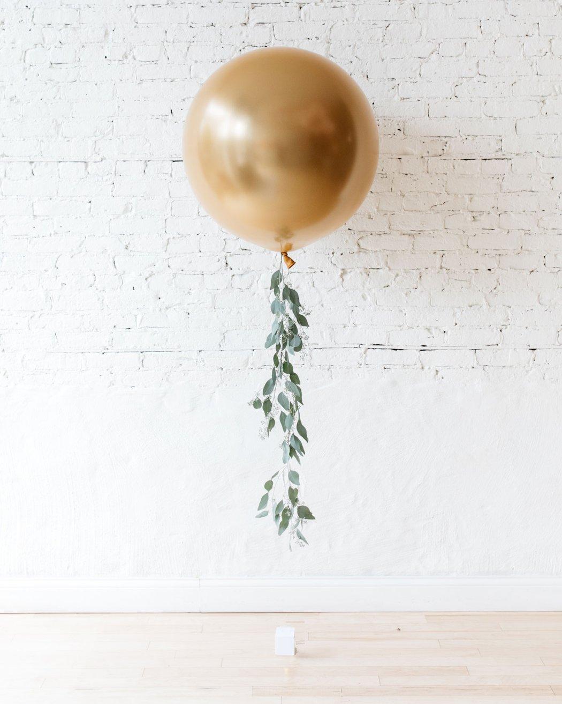 Большой шар золотой хром с гирляндой из эвкалипта