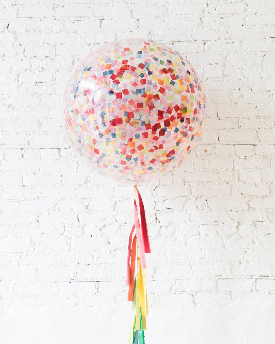 Большой шар с квадратным ассорти конфетти на гирлянде
