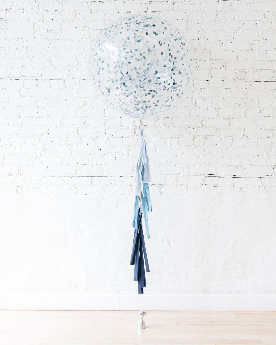 Большой шар с квадратным конфетти на выписку на гирлянде