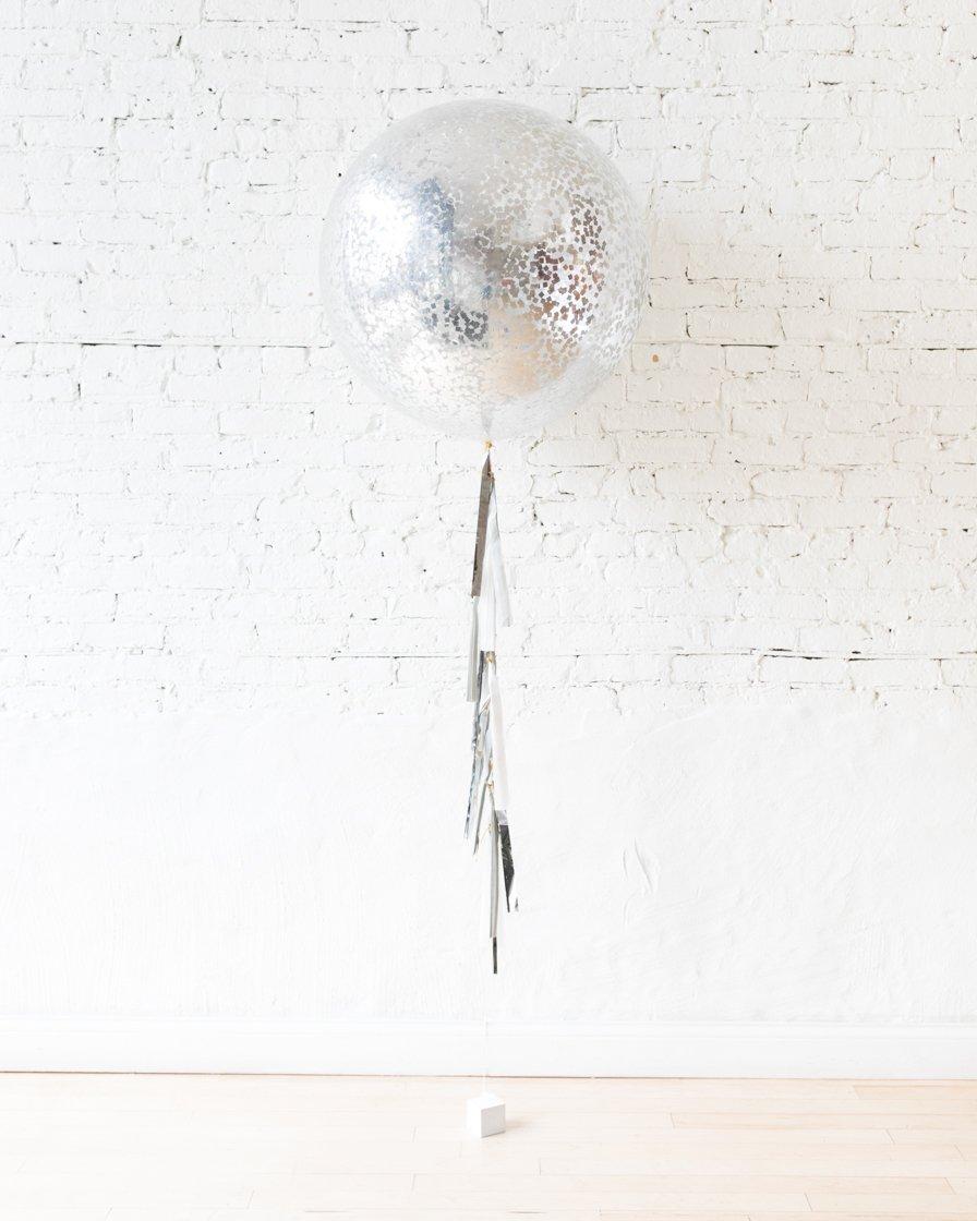 Большой шар с квадратным конфетти серебристым на гирлянде