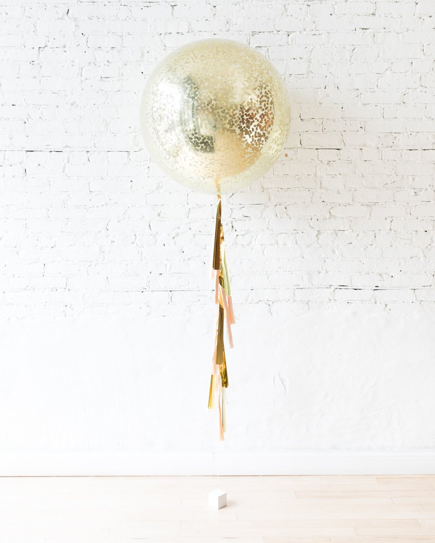 Большой шар с квадратным конфетти золотым на гирлянде